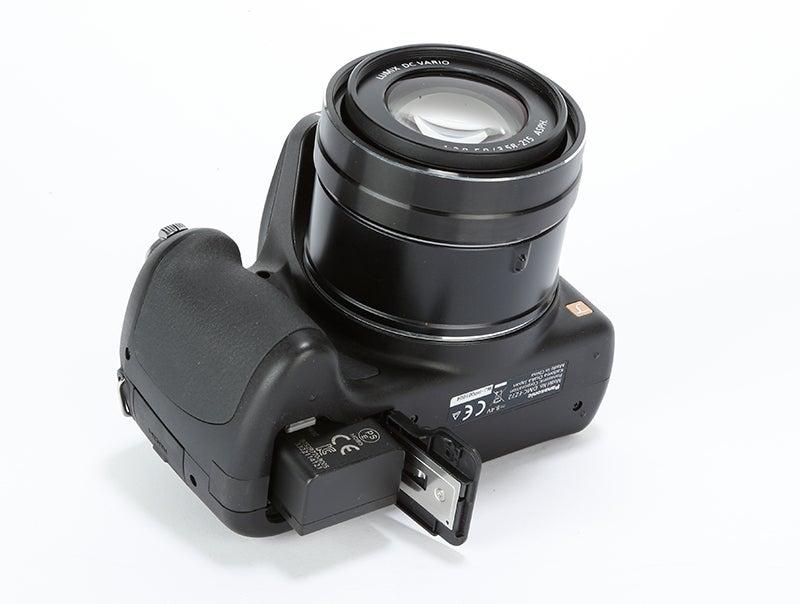 Panasonic Lumix FZ72 Review - bottom view
