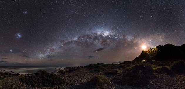 Image: Guiding Light to the Stars © Mark Gee (Australia). Earth and Space Winner and Overall Winner